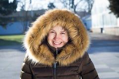 Retrato de uma moça/adolescente no parque; vista feliz Foto de Stock Royalty Free