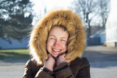 Retrato de uma moça/adolescente no parque; vista feliz Fotos de Stock Royalty Free