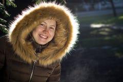 Retrato de uma moça/adolescente no parque; vista feliz Imagens de Stock