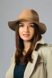 Retrato de uma moça bonita com cabelo escuro em um chapéu e em um casaco Fotos de Stock Royalty Free