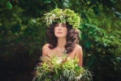 Retrato de uma moça bonita com um ramalhete Imagem de Stock