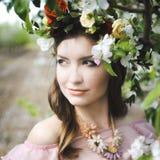 Retrato de uma moça bonita em um vestido do rosa da proposta da noiva do voo em um fundo do campo verde, ri e levanta com a Fotografia de Stock