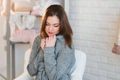 Retrato de uma moça bonita em uma camiseta branca da malha, inverno, conforto, calor, estilo de vida, cabelo, composição Imagem de Stock