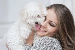 Retrato de uma moça com um cão Fotos de Stock Royalty Free