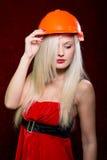 Retrato de uma moça em um capacete do construtor fotos de stock