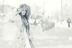 Retrato de uma moça no parque do inverno Fotografia de Stock