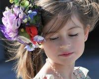 Retrato de uma moça, vestindo um chapéu, olhando para baixo Foto de Stock Royalty Free