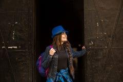 Retrato de uma mo?a no fundo do portal preto velho na cidade de Lviv imagem de stock royalty free