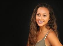 Retrato de uma moça bronzeada, bonita com um sorriso Foto de Stock