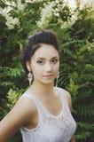 Retrato de uma morena bonita em uma blusa branca fotos de stock