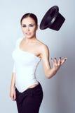 Retrato de uma morena bonita que joga seu chapéu acima Fotos de Stock