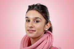 Retrato de uma morena consideravelmente nova com camiseta cor-de-rosa fotos de stock royalty free