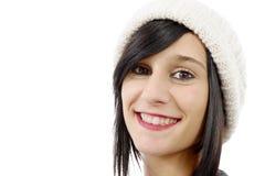 Retrato de uma morena consideravelmente nova com chapéu do inverno, no branco Fotos de Stock