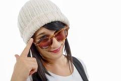 Retrato de uma morena consideravelmente nova com chapéu do inverno, no branco Fotografia de Stock Royalty Free