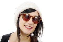Retrato de uma morena consideravelmente nova com chapéu do inverno, no branco Imagens de Stock