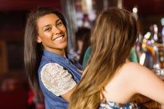 Retrato de uma morena de sorriso que fala com seu amigo Fotos de Stock Royalty Free