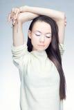 Retrato de uma morena em um fundo frio Fotografia de Stock