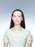 Retrato de uma morena em um fundo frio Fotos de Stock Royalty Free