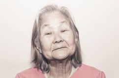 Retrato de uma mulher adulta com cabelo branco fotos de stock royalty free