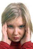 Retrato de uma mulher adulta nova que sofre da dor de cabeça Imagem de Stock Royalty Free