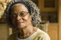 Retrato de uma mulher afro-americano idosa em casa Foto de Stock Royalty Free