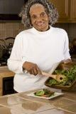 Retrato de uma mulher afro-americano idosa em casa Imagem de Stock Royalty Free