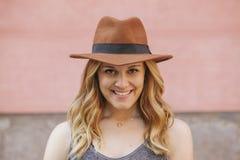 Retrato de uma mulher alegre nova que veste um chapéu Imagem de Stock Royalty Free