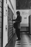 Retrato de uma mulher asiática na estação de correios, New York Imagens de Stock Royalty Free