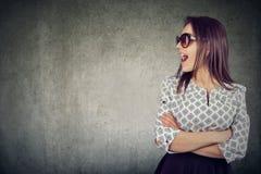 Retrato de uma mulher atrativa de fala nos óculos de sol imagem de stock