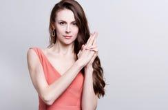 Retrato de uma mulher atrativa nova com cabelo marrom longo bonito Imagem de Stock Royalty Free