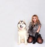 Retrato de uma mulher atrativa nova com um cão ronco Imagens de Stock