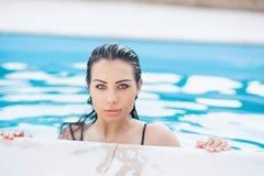 Retrato de uma mulher atrativa nova imagem de stock royalty free