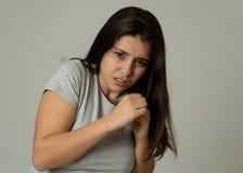 Retrato de uma mulher atrativa nova que olha assustado e chocada Expressões e emoções humanas fotografia de stock