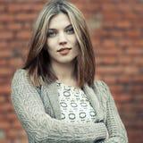 Retrato de uma mulher bonita com as mãos dobradas Imagem de Stock