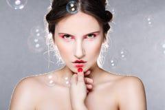 Retrato de uma mulher bonita com bolhas de sabão imagens de stock royalty free