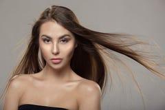 Retrato de uma mulher bonita com cabelo reto brilhante foto de stock royalty free