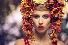 Retrato de uma mulher bonita com flores Fotos de Stock