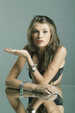 Retrato de uma mulher bonita com jóia Imagens de Stock Royalty Free
