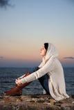 Mulher bonita pelo mar imagens de stock royalty free