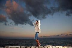 Mulher bonita pelo mar fotografia de stock royalty free