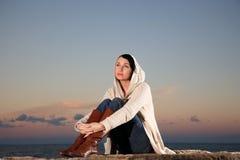 Mulher bonita pelo mar foto de stock