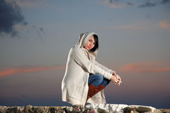 Mulher bonita pelo mar fotografia de stock