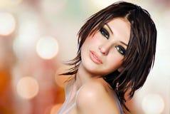 Retrato de uma mulher bonita com penteado criativo. foto de stock