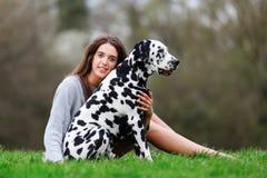 Retrato de uma mulher bonita com seu cão Dalmatian Imagem de Stock