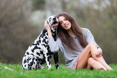 Retrato de uma mulher bonita com seu cão Dalmatian Fotografia de Stock