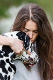 Retrato de uma mulher bonita com seu cão Dalmatian Fotos de Stock Royalty Free