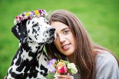 Retrato de uma mulher bonita com seu cão Dalmatian Foto de Stock