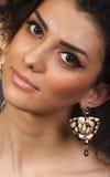 Retrato de uma mulher bonita com seus brincos Imagem de Stock Royalty Free