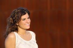 Retrato de uma mulher bonita com um fundo do aço do corten Fotografia de Stock