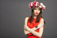 Retrato de uma mulher bonita com uma grinalda Imagens de Stock